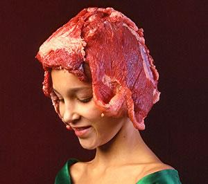 meisje met veel vlees op haar hoofd