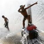 watervoetafdruk jongetjes spelen met brandweerkraan