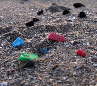 Microplastics nanopalstics op het strand milieuvervuiling