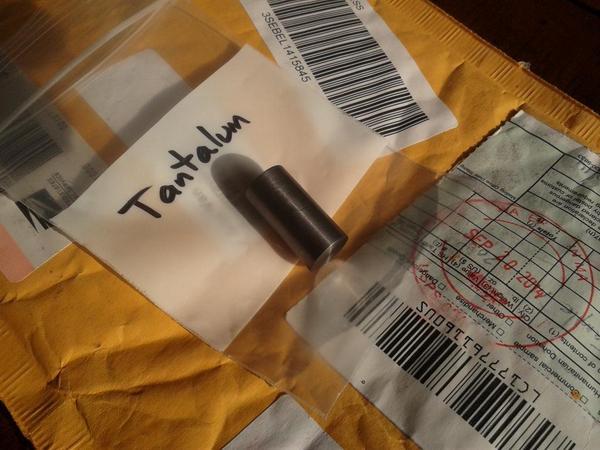 Tantaal in de post, formaat pinktopje weegt ruim 50 gram.