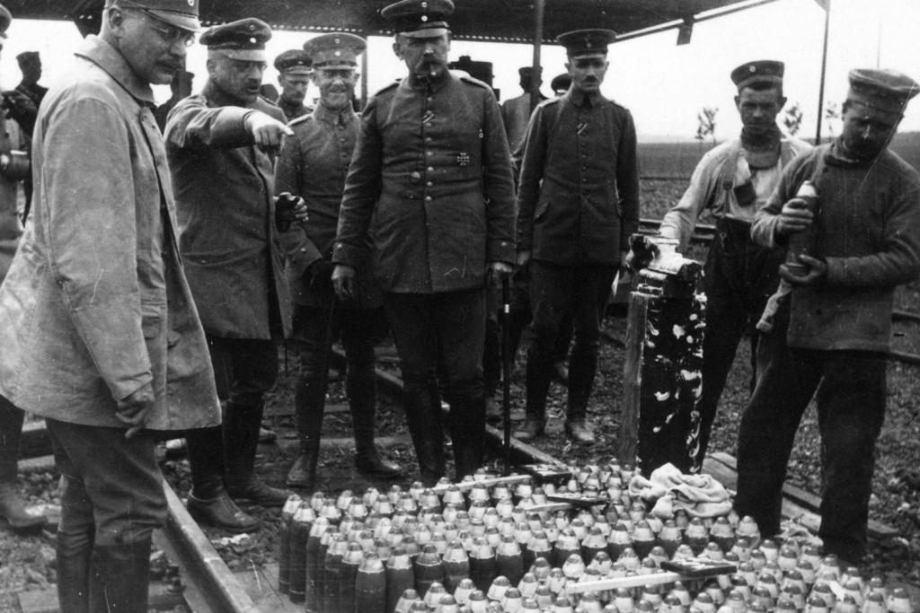 Fritz Haber (tweede van links) bij een voorraad granaten.