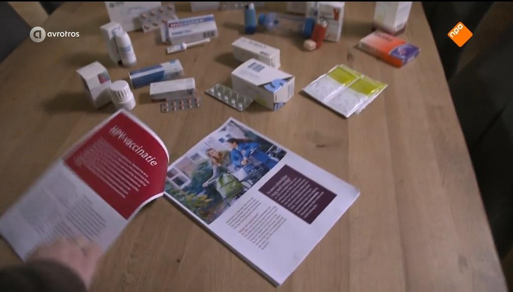 Krachtig beeld: Jonge vrouw toont voorlichtingsfolder en alle medicijnen die ze gebruikt. Screencap van Zorg.nu